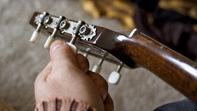 """Accordare chitarra"" image by Falk Lademann"